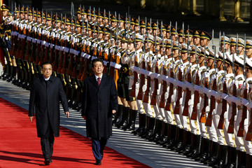 Chinese Premier Li Keqiang and Japanese Prime Minister Shinzo Abe attend a welcome ceremony outside the Great Hall of the People in Beijing