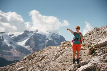 Wanderer vor der Marmolada in den Dolomiten