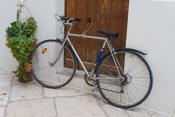 Polignano mare apulien italien stadt ansicht meer cityscape citta apulia italia rad bicycle fahrrad lifestyle retro