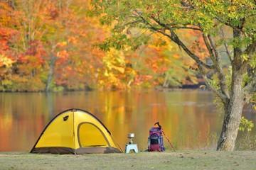 紅葉の湖畔・キャンプ風景