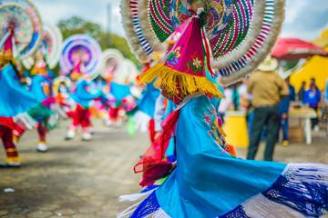 danzantes mexico mexicanos de atempan puebla colores capas quetzales flecos penachos