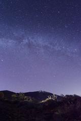 Vulkan Berg unter der Milchstraße und vielen Sternen