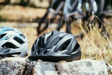 Poster Motorise Fahrradhelm auf einer Radtour, Fahrräder im Hintergrund