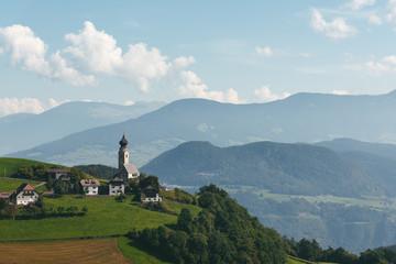 kleine Kirche mit Dolomiten im Hintergrund