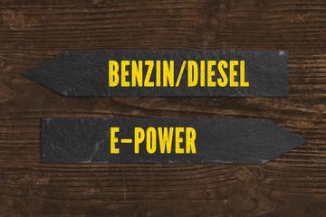 Wegweiser zwischen Benzin/Diesel und E-Power