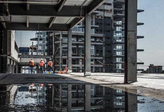 construcción obreros caminando reflejo obra hierro ingenieros obreros