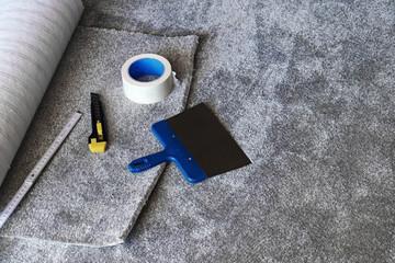Verlegen von einem neuen Teppichboden