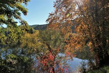Paysage d'automne sur le Lot à Cahors.