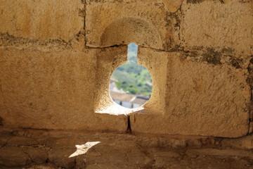 Meurtrière dans un mur de château