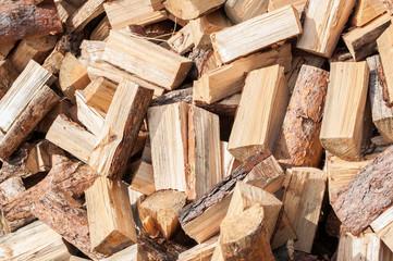 Photo sur Plexiglas Texture de bois de chauffage A pile of firewood from birch on the lawn Texture to Chop wood