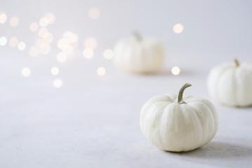 Herbstlich, eleganter Hintergrund mit weißen Kürbissen, passend zu Halloween
