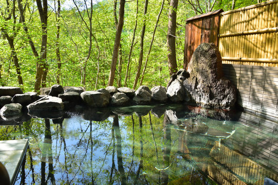 新緑の温泉露天風呂