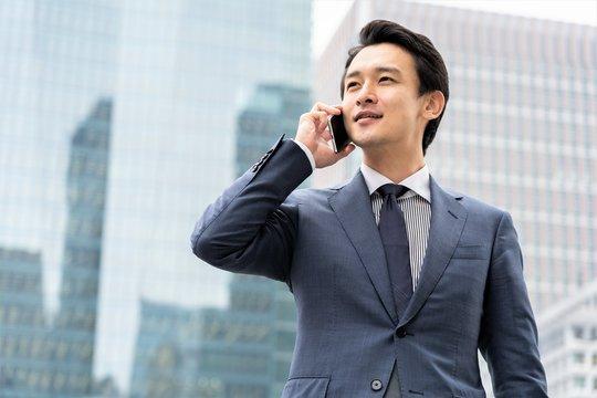 携帯をかけるビジネスマン