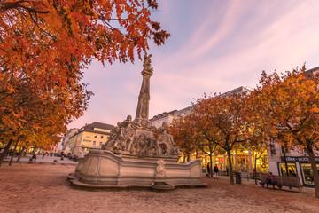 Sankt Georgsbrunnen in Trier an einem Herbstabend