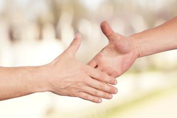 Zwei Männer reichen sich die Hände Handschlag