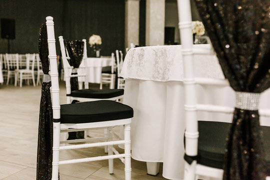 The elegant dinner table arrengement decor in black and white colors for wedding