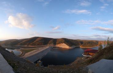 Foto op Plexiglas Bergen Reservoir and dam in autumn time