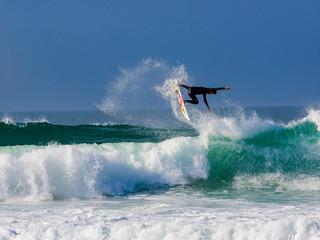 Surfer am Atlantik in Portugal, nahe Obidos