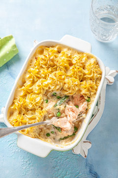 Casserole with salmon, potatoes, asparagus and peas