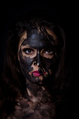 Mujer mexicana con pintura negra en la cara