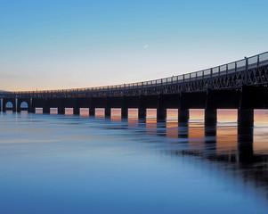 Spoed Fotobehang Blauw Most na rzece Tay.