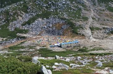 日本の山のキャンプ場のテント