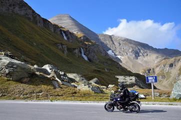 Wall Mural - Motorradfahrer auf Großglockner Hochalpenstraße