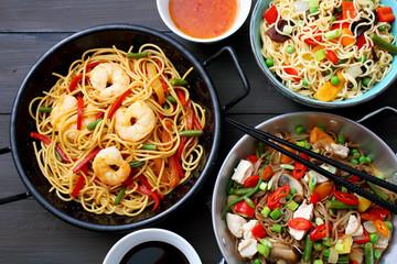 gastronomia Cinese spaghetti con carne verdure e gamberetti su tavolo grigio
