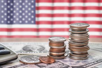 Fotomurales - Geldscheine und Münzen vor der Nationalflagge der USA