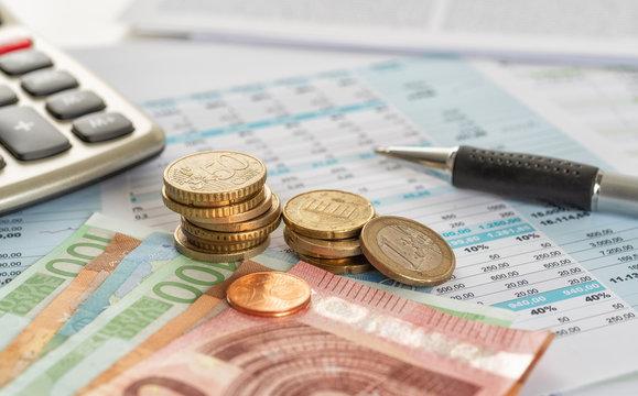 Scheine und Münzen mit Dokumenten