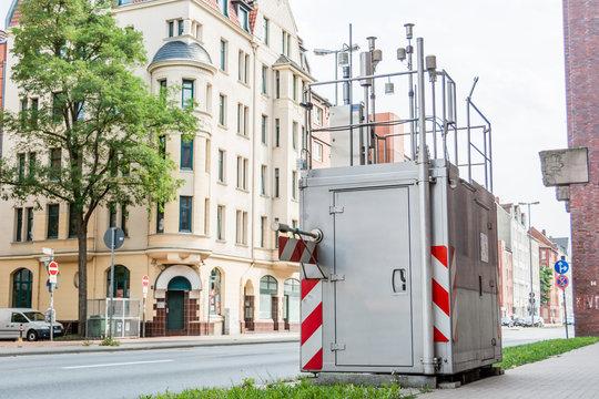 Umweltbelastung Feinstaubbelastung - Emission messen - Messanlage neben Verkehrsstraße