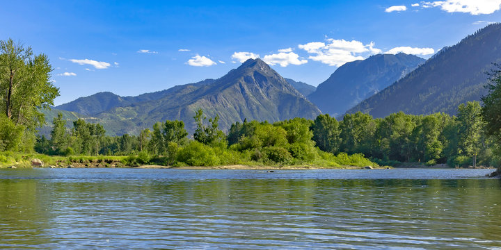 Wenatchee River with mountain view in Leavenworth