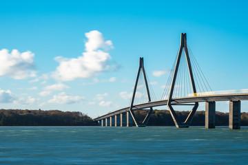 Fototapete - Eine Brücke zwischen Seeland und Falster in Dänemark