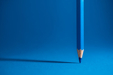 Blauer Buntstift und blauer Hintergrund Wall mural