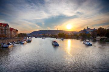 Vue sur la Vltava et Prague au soleil couchant