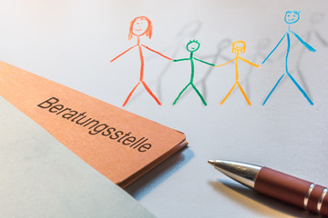 Akte mit dem Wort Beratungsstelle und einer gemalten Familie