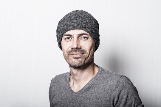homme casual portrait bonnet barbe quarantaine 40 ans gris serein heureux calme regard confiant avenir confiance jeune vieux libre liberté valeur moral