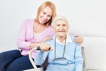 Glückliche Tochter und Seniorin als Mutter