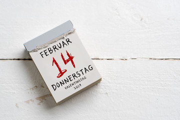 Abreißkalender mit Valentinstag 2019 auf weißem Holzhintergrund