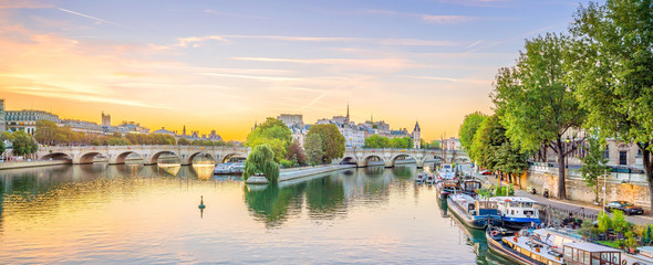 Tuinposter Centraal Europa Sunrise view of old town skyline in Paris