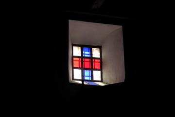 petit vitrail géométrique dans une église