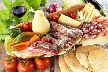 Photo sur Aluminium Assortiment Assortimento di salumi, formaggi e altri prodotti italiani, Italian foods