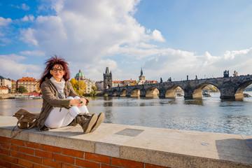 Femme devant le Pont Charles de Prague