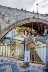 Femme sur le Pont des amours de Prague