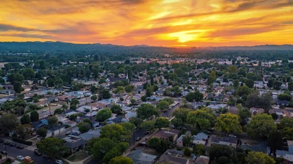 Fotobehang - Aerial hyperlapse of scenic sunset over San Fernando Valley cityscape. Los Angeles, California.