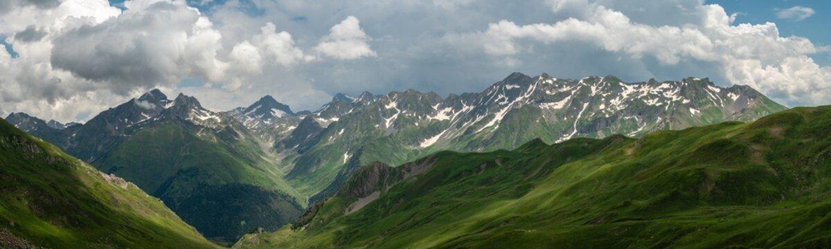 Vue panoramique de la chaine de montagne des pyrénées