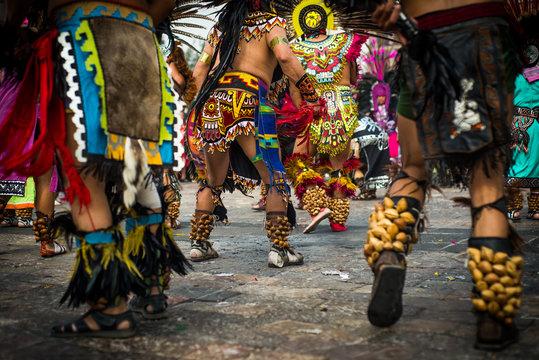 danzantes prehispanicos aztecas bailando en la basilica de guadalupe con trajes típicos mexicanos