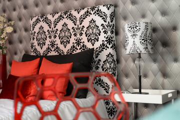 casa interior vintage con silla roja y gráficos blanco y negro