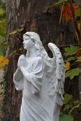 grosse betende engelsfigur auf einem grab