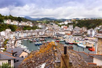 Panorama de Luarca, pueblo turístico de Asturias